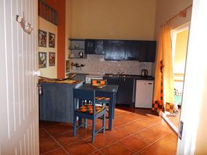Ferien-Appartement-Strela-Maio-Kueche-Esstisch-Loggia