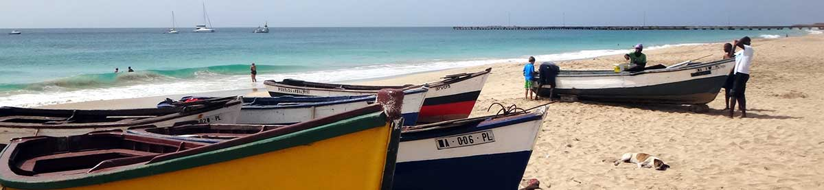 Fischer-Boote-Strand-Blick-Atlantik-Ferien-Insel-Maio-Kapverden